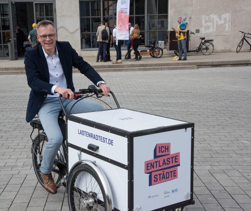 Dr. Korbinian Leitner von der IHK für München und Oberbayern testet ein Projektrad von Christiania Bikes. Foto: Deutsches Museum
