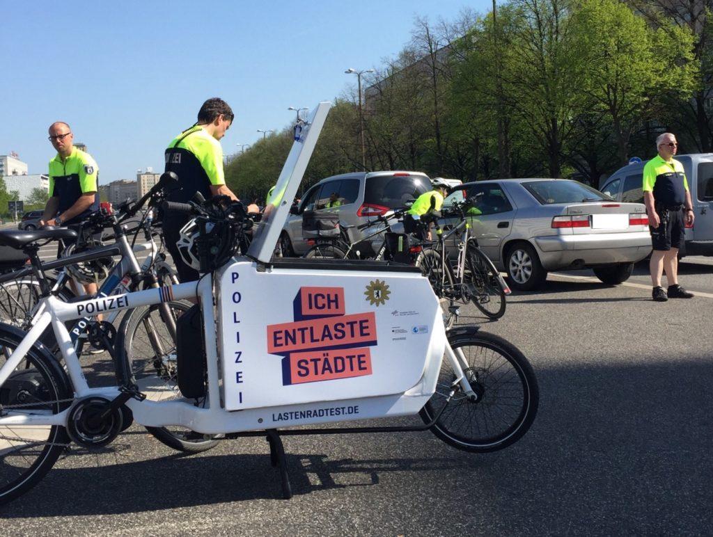 Im Einsatz bei einer Verkehrskontrolle. Foto: Gero Schorch/@doktor_hammer bei Twitter