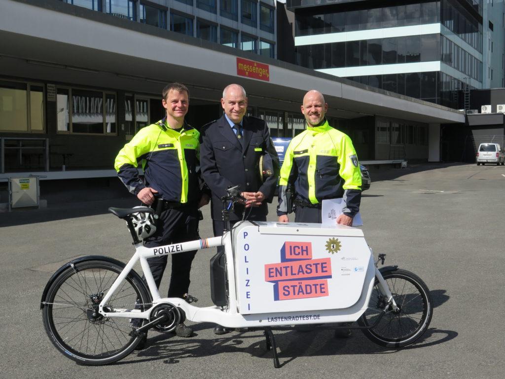 Die Fahrradstaffel der Polizei Berlin nimmt beim Projektpartner messenger GmbH ihr Testrad entgegen. Foto: Arne Behrensen/cargobike.jetzt