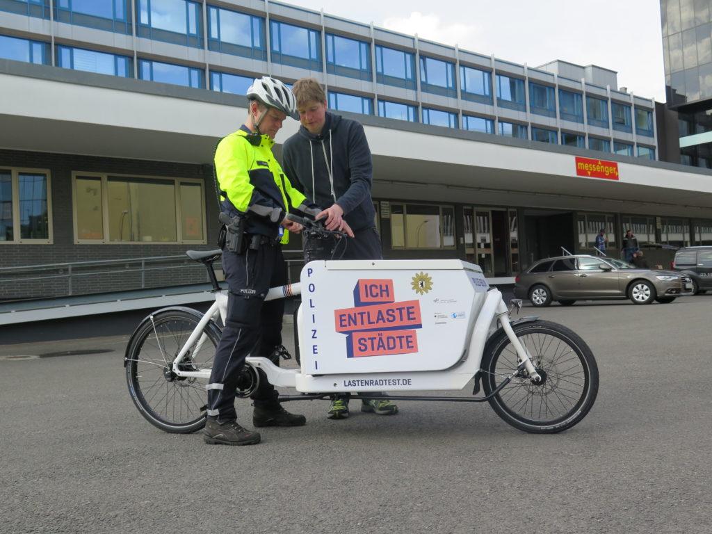 Letzte Einweisung für Polizeioberkommissar Kay Biewald vom technischen Servicepartner. Foto: Arne Behrensen/cargobike.jetzt