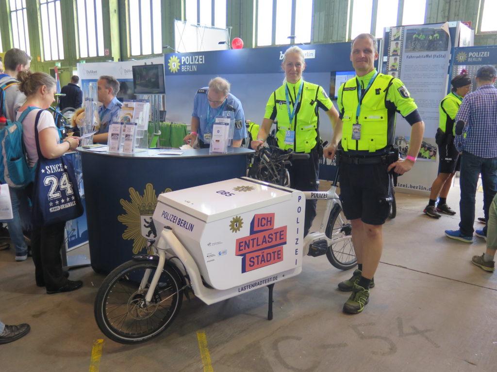 Die Berliner Polizei ist regelmäßig Aussteller bei der Fahrradmesse VELOBerlin. Mitte April präsentierte sich dort die Fahrradstaffel mit ihrem neuen Dienstfahrzeug. Foto: Arne Behrensen/cargobike.jetzt