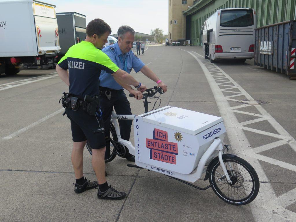 Fahreinweisung eines Kollegen am Rande der VELOBerlin. Foto: Arne Behrensen/cargobike.jetzt