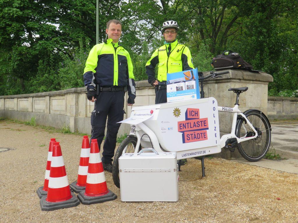 Für die regelmäßigen Fahrradcodieraktionen im öffentlichen Raum bietet das Lastenrad den nötigen Stauraum, einen Infotisch und Aufmerksamkeit. Foto: Arne Behrensen/cargobike.jetzt