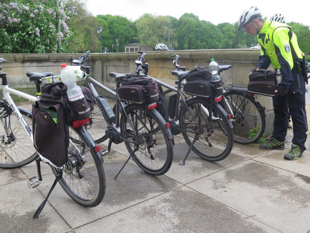 Die klassischen Fahrräder und Pedlecs der Polizeistaffel mit kleiner Transportbox. Foto: Arne Behrensen/cargobike.jetzt