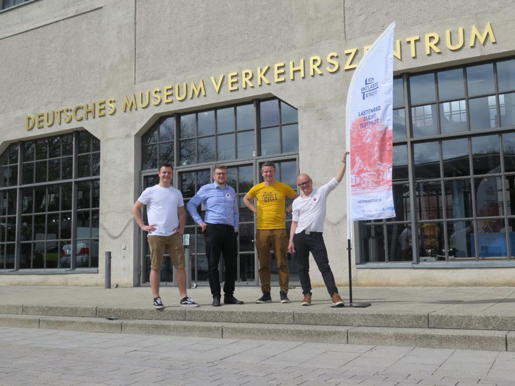 Projektleiter Johannes Gruber (DLR) mit den Projektpartnern der messenger Kurier AG aus Berlin und Live Cycle aus München freuen sich über eine gelungene Veranstaltung. Foto:  Arne Behrensen/cargobike.jetzt