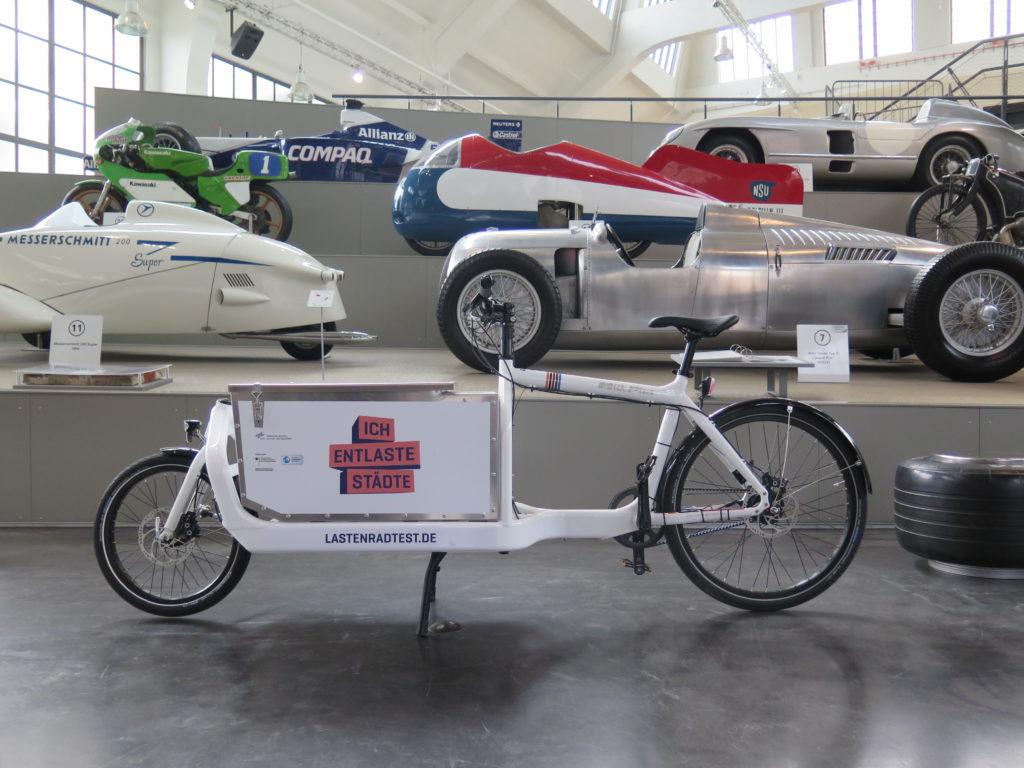 Projektrad vor historischer Kulisse im Verkehrszentrum des Deutschen Museum in München. Foto: Arne Behrensen/cargobike.jetzt