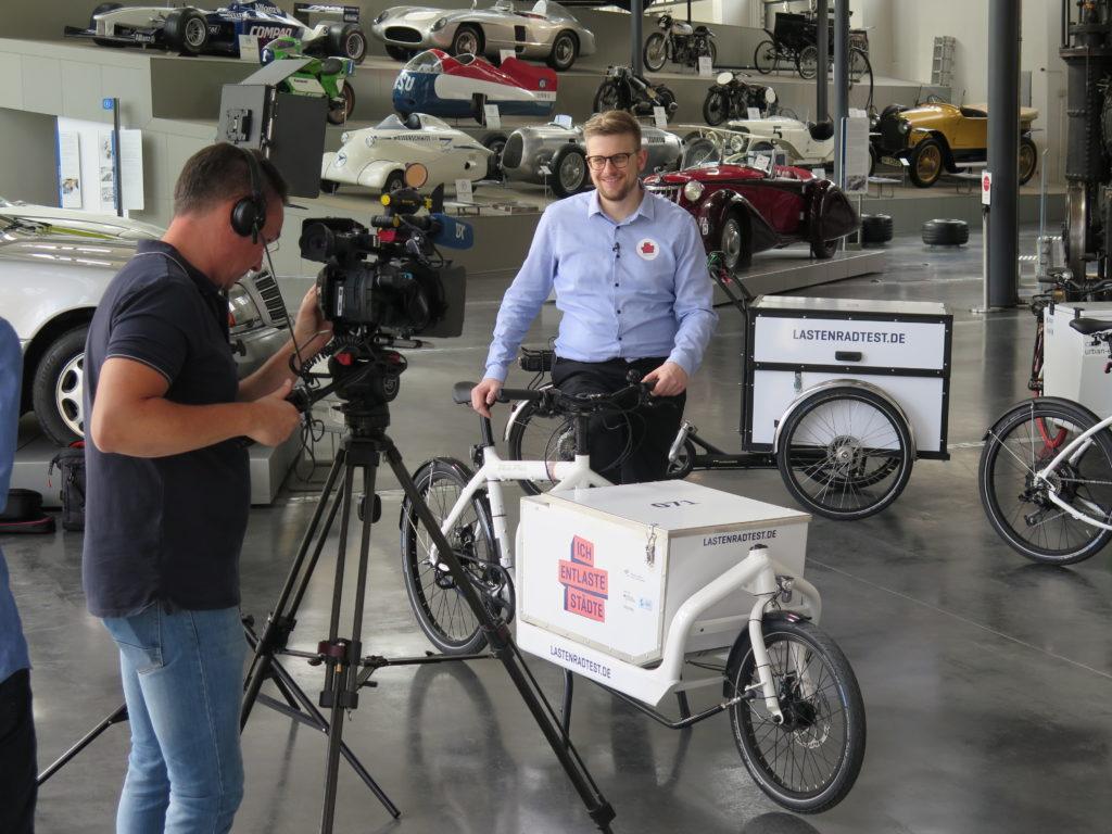 Projektleiter Johannes Gruber (DLR) im Interview mit dem Bayerischen Rundfunk. Foto: Arne Behrensen/cargobike.jetzt
