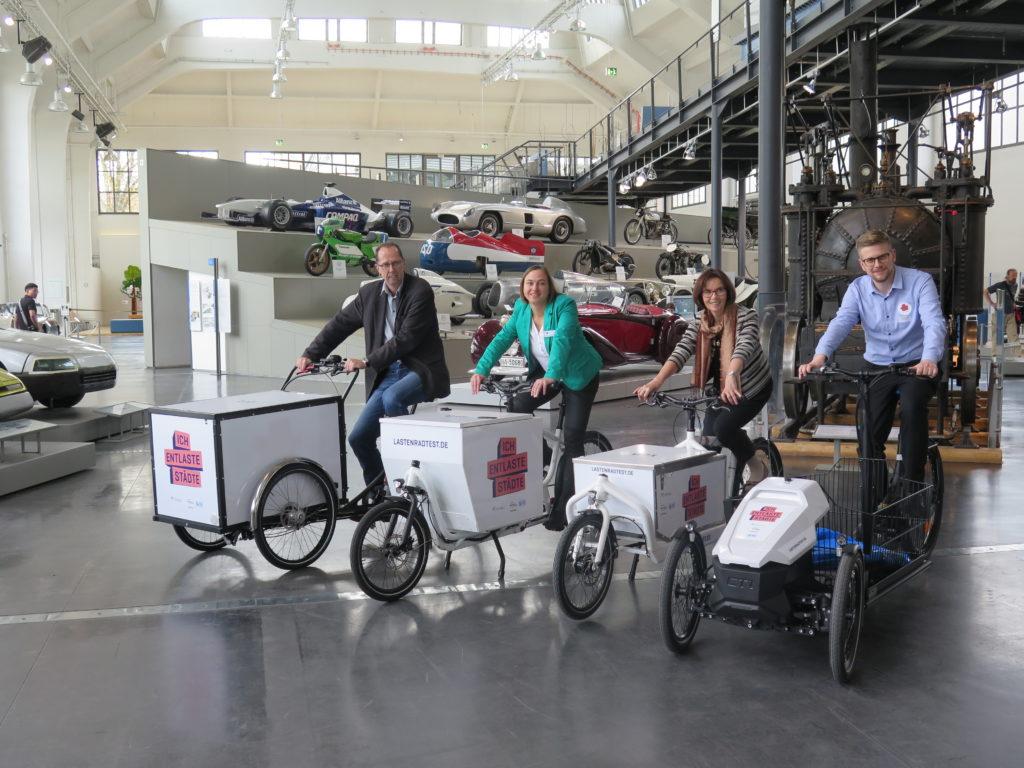 Probesitzen vor Veranstaltungsbeginn: Uwe Hera (Landeshauptstadt München), Bettina Gundler (Deutsches Museum), Kerstin Swoboda (IHK München und Oberbayern) und Johannes Gruber (DLR). Foto: Arne Behrensen/cargobike.jetzt