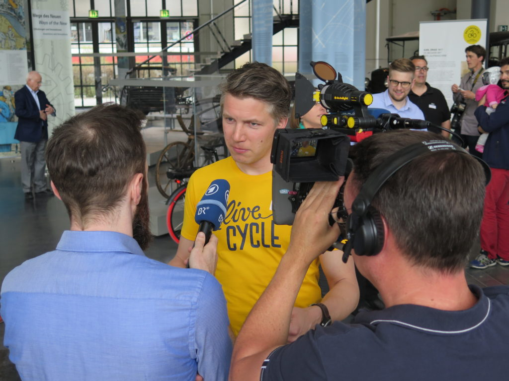 Der Münchener Projektpartner Live Cycle im Gespräch mit dem Bayerischen Rundfunk. Foto: Arne Behrensen/cargobike.jetzt