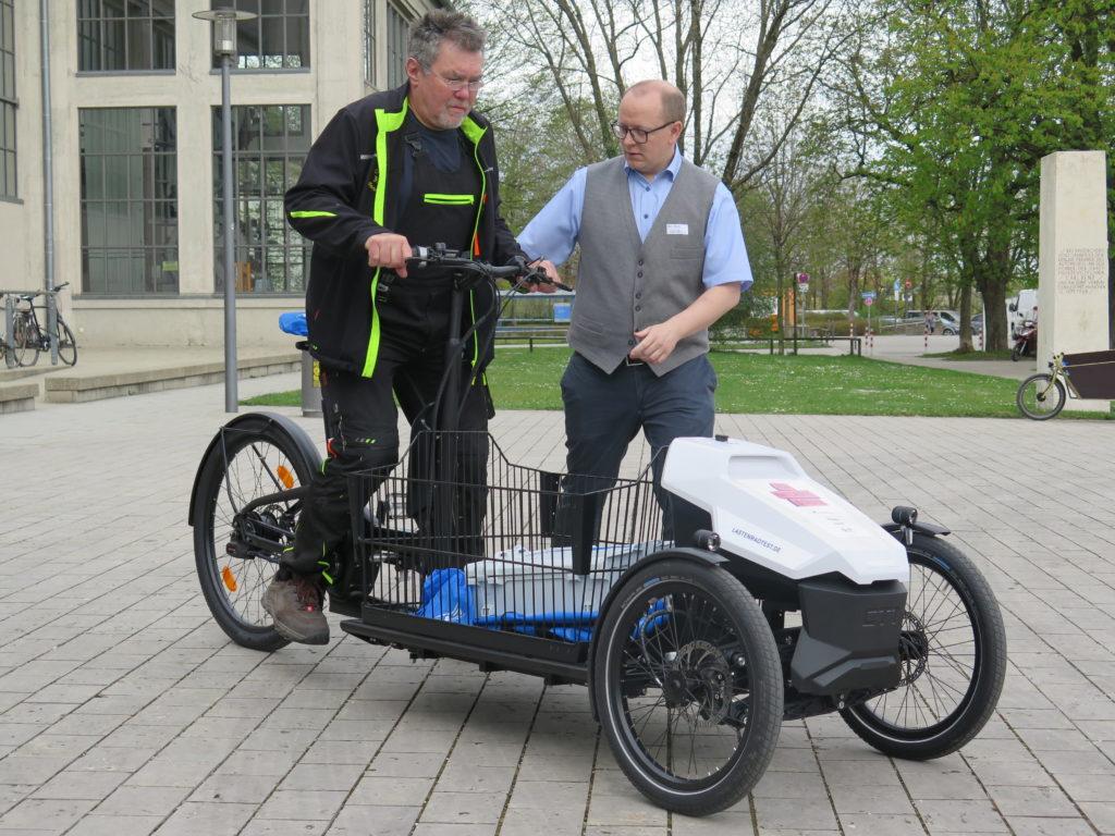 Im Anschluss an die Veranstaltung: Testfahren im Innenhof mit kompetenter Einweisung - hier durch einen vertreter des Herstellers Sortimo. Foto: Arne Behrensen/cargobike.jetzt