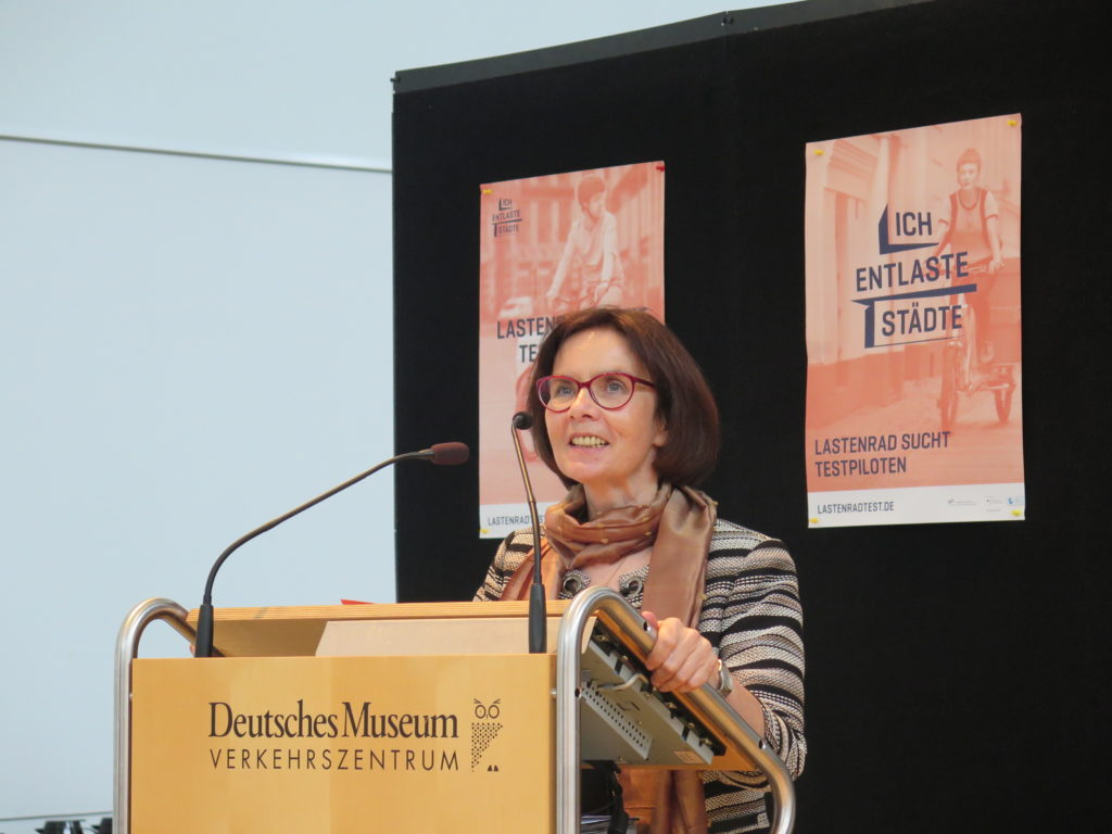Dr. Bettina Gundler, Leiterin der Hauptabteilung Landverkehr und Verkehrszentrum am Deutschen Museum begrüßt die Teilnehmer. Foto: Arne Behrensen/cargobike.jetzt