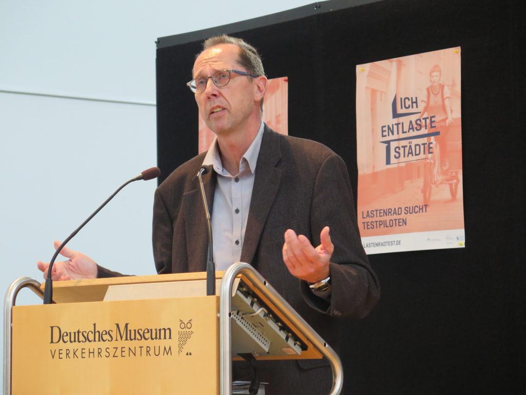 Dr. Uwe Hera vom Referat für Gesundheit und Umwelt der Landeshauptstadt München erklärt die kommunale Kaufprämie für E-Lastenräder. Foto: Arne Behrensen/cargobike.jetzt