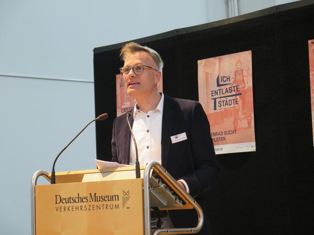 Dr. Korbinian Leitner, Referatsleiter Verkehrsinfrastruktur und Mobilität der IHK für München und Oberbayern betont die nötige Wirtschaftlichkeit von E-Lastenrädern im gewerblichen Einsatz. Foto: Arne Behrensen/cargobike.jetzt