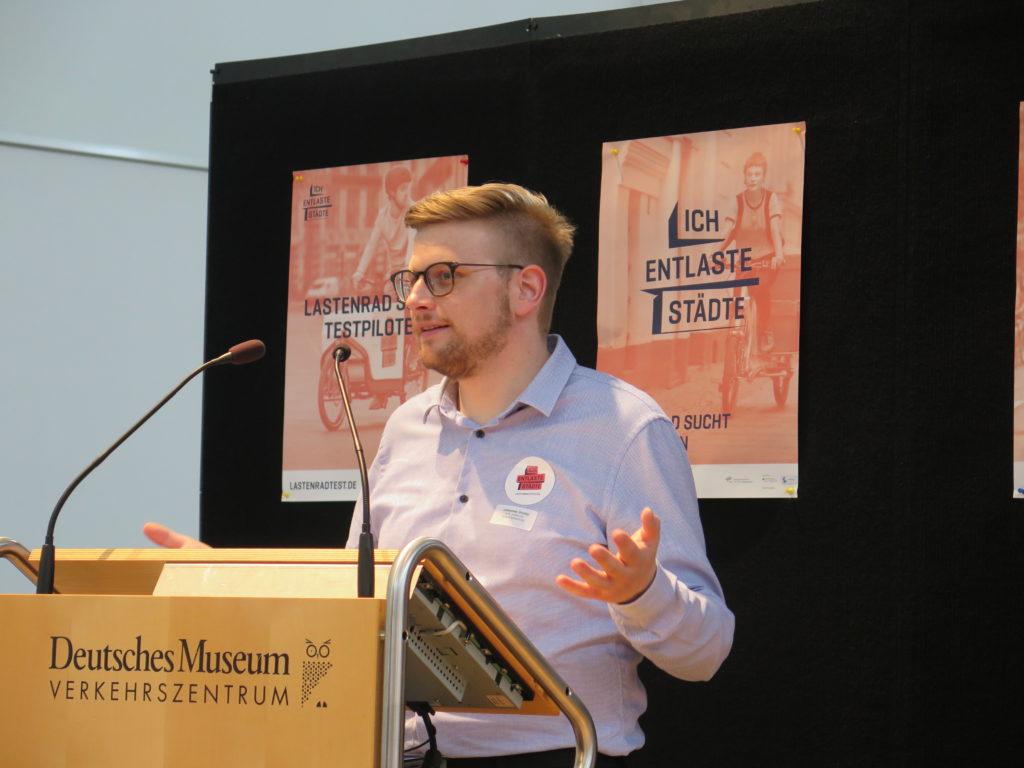 """Projektleiter Johannes Gruber (DLR) erklärt das Projekt """"Ich enlaste Städte"""" und wie Interessenten an ein Testrad kommen. Foto: Arne Behrensen/cargobike.jetzt"""