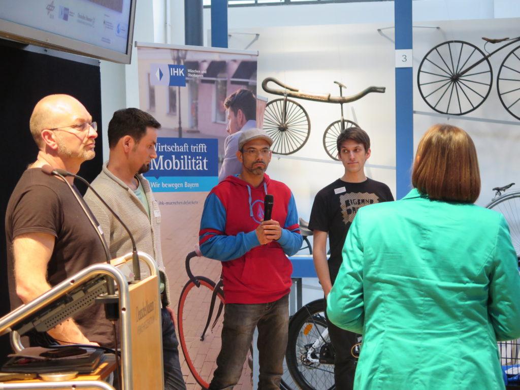 Kerstin Swoboda von der IHK für München und Oberbayern im Gespräch mit Münchener Projektteilnehmern. Foto: Arne Behrensen/cargobike.jetzt
