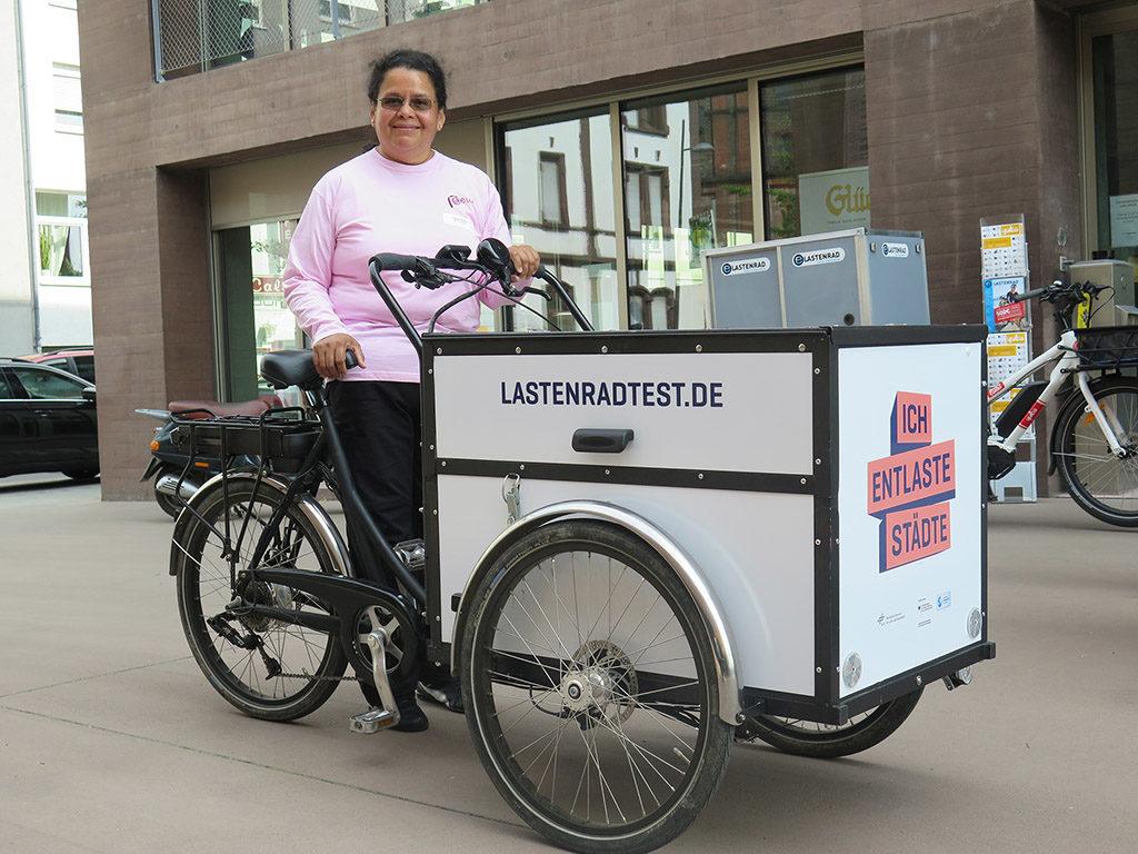 """Testerin Clarisa Bravo von der Markus-Schule Altlußheim kam mit """"ihrem"""" dreirädrigen Testlastenrad zur Veranstaltung (Foto: Arne Behrensen)"""