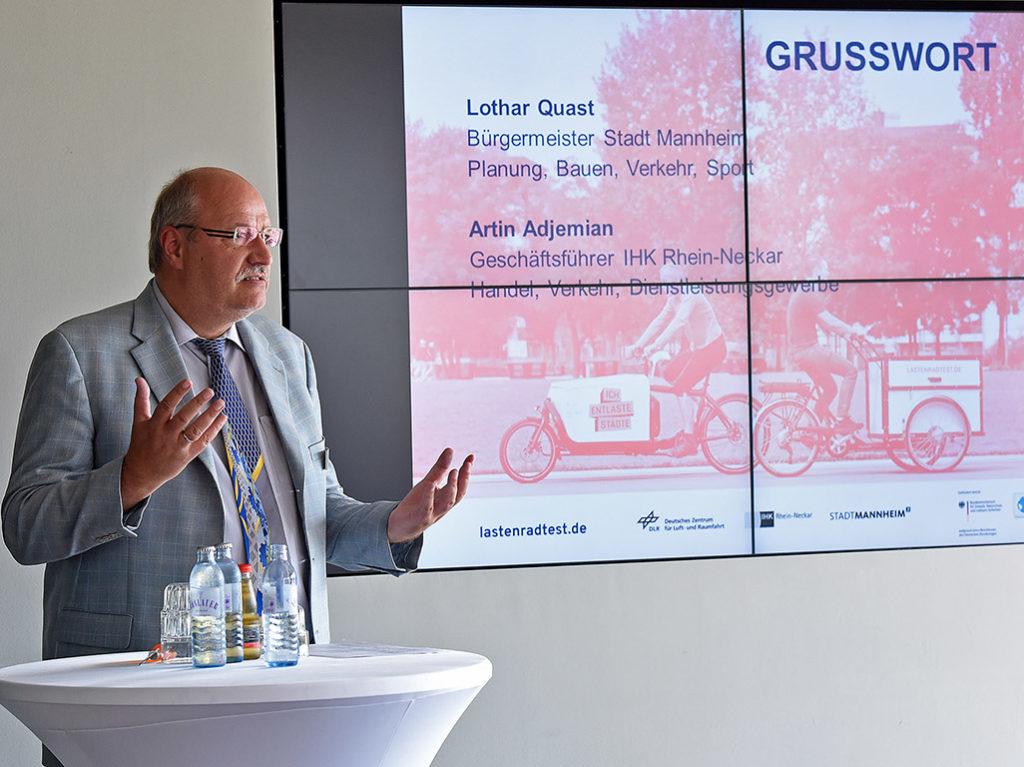Artin Adjemian von der IHK Rhein-Neckar führte durch die Veranstaltung (Foto: Thomas Troester)