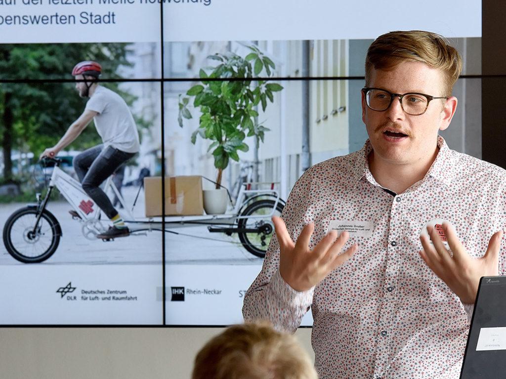 """Johannes Gruber (DLR) erklärte den Hintergrund und die Teilnahmemodalitäten des Projekts """"Ich entlaste Städte"""" (Foto: Thomas Troester)"""