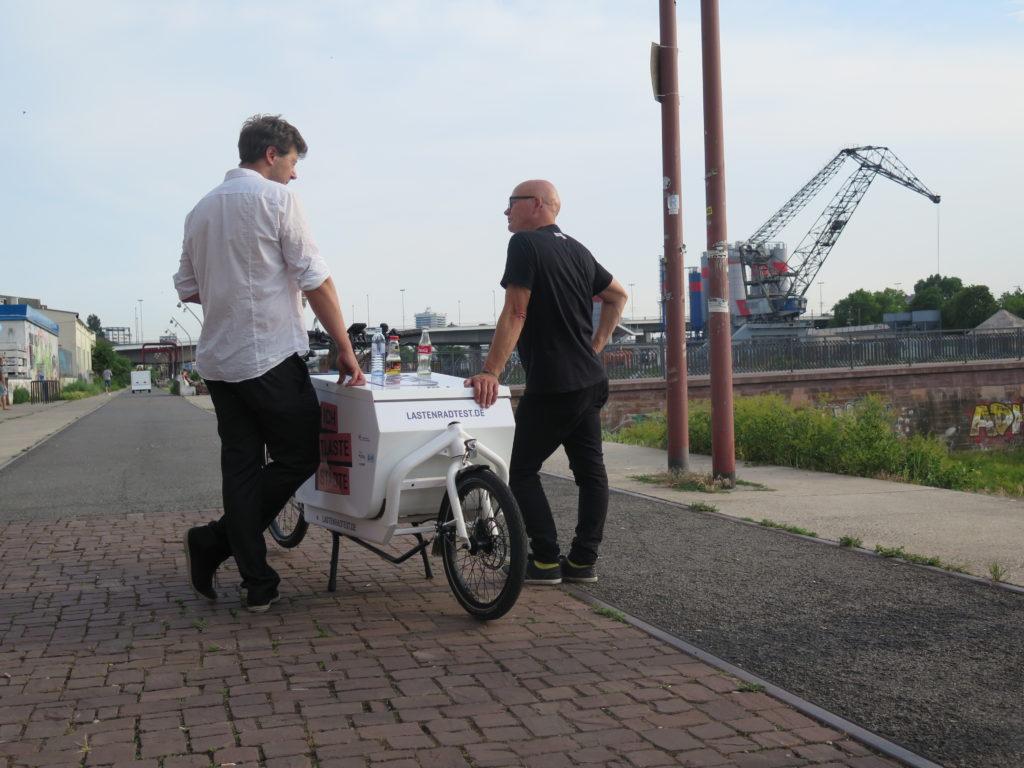 Gegen Ende der Veranstaltung kehrt für die Servicepartner Tommy Abel (Cargovelo Services) und Dirk Brauer (messenger) Ruhe ein (Foto: Arne Behrensen)